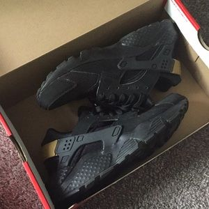 Nike Huarache Run size 7y black/metallic gold
